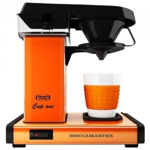 Moccamaster One - den første filterkaffemaskine til brygning af en kop kaffe. Her i orange.